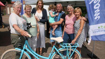 Marktbezoekers met nieuwe fiets naar huis