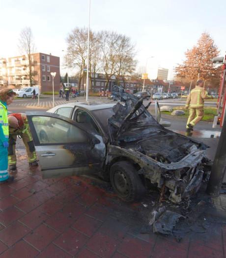 Auto rijdt tegen lantaarnpaal in Eindhoven en vliegt meteen in brand