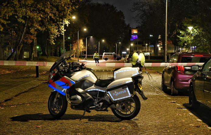 De politie heeft de omgeving afgezet en verricht sporenonderzoek.