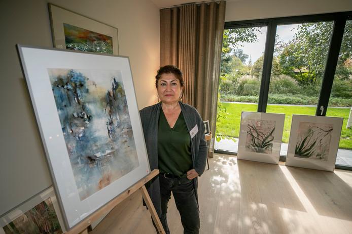 Kunstenares Esma Ates vindt vaak inspiratie op de Waddeneilanden en verwerkt kleuren uit haar jeugd in Turkije in haar aquarellen.