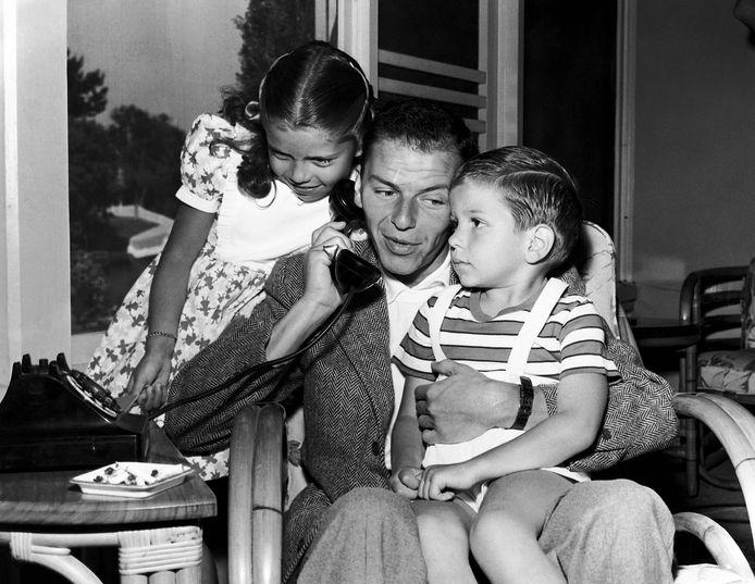 Frank Sinatra Jr. met zijn vader en zus Nancy.
