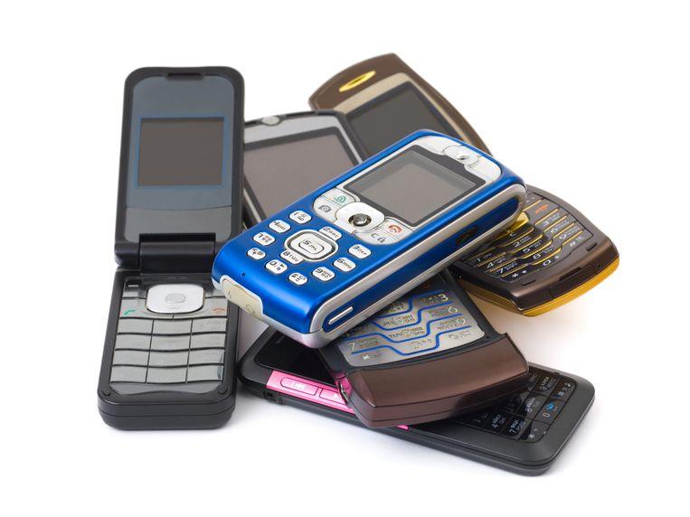 Stapeltje retro-telefoons. Beeld null