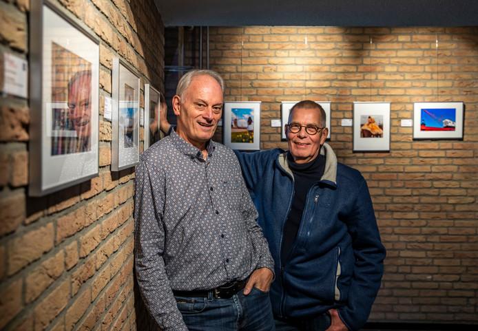 Peter Verberne (l) en Thom de Vos, beiden lid van de fotoclub van inloophuis De Cirkel.