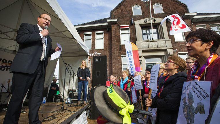 FNV-voorzitter Ton Heerts spreekt in oktober thuiszorgmedewerkers toe. Beeld anp