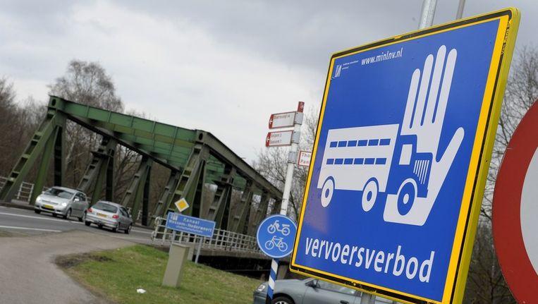 Een verkeersbord met de tekst vervoersverbod in Limburg. Beeld anp