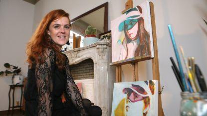Kunstenares maakt portretten met verf die de lucht zuivert