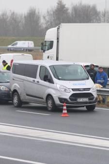 Rijbaan A4 richting Den Haag afgesloten door kop-straat aanrijding