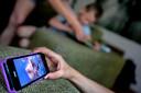 Blijf het gesprek met je kind aangaan over social media, maar doe dat op een niet-controlerende, open manier.