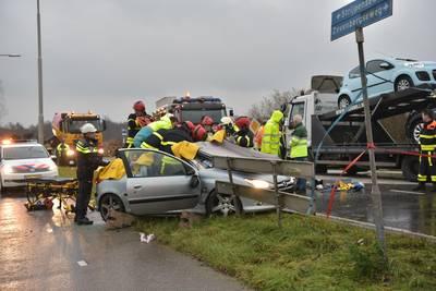 Zwaargewonde uit auto geknipt na aanrijding op Zevenbergseweg, traumahelikopter geland
