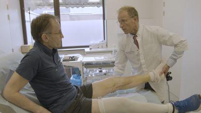 """VIDEO. Topdokter Johan Bellemans voert complexe operatie uit bij collega Luc Stockx: """"Zijn knie was compleet versplinterd. De zwaarste breuk denkbaar"""""""