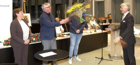 Bloemenwerpen en ketenkussentje: burgemeester Kalfs is binnen