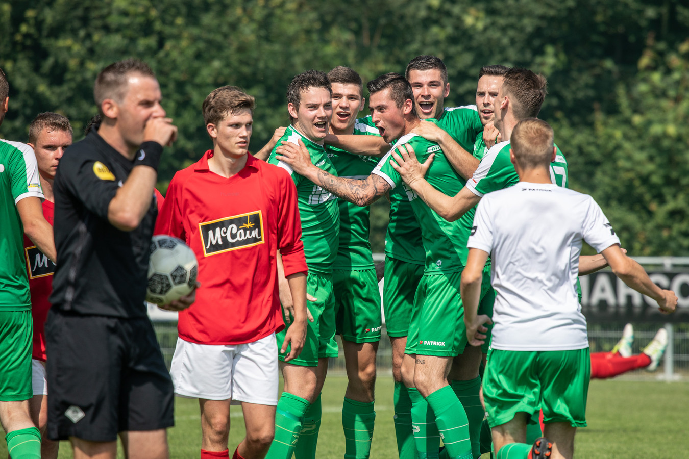 Luctor Heinkenszand viert een treffer tegen Lewedorpse Boys, dat degradeerde.