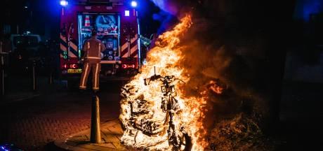 Scooter gaat op in vlammen op Van Ruysbroekstraat