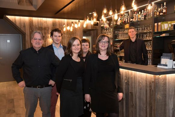 De familie Van Der Gucht in de brasserie Markt 17.