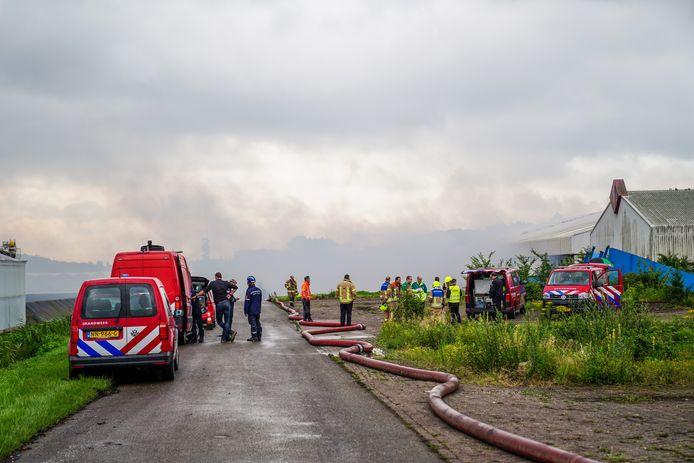 De brand zorgt voor flink wat rook in de omgeving.
