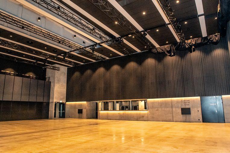 De gloednieuwe polyvalente zaal met bar. Links zie je de inschuifbare tribune.