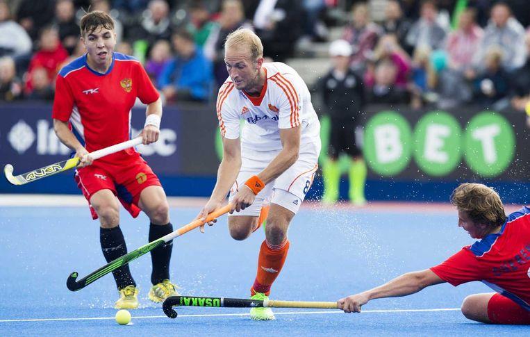 Billy Bakker passeert Alexander Cherenkov tijdens de wedstrijd van de mannen tussen Nederland en Rusland bij het Europees Kampioenschap hockey in Londen. Beeld ANP