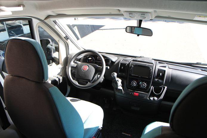 De bestuurder en bijrijder zitten ogenschijnlijk in een gewone Fiat Ducato. Ook het dashboard is uit deze bedrijfsauto overgenomen