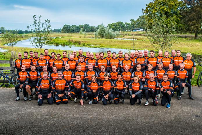 Een groepsfoto van de leden van de pas opgerichte wielerclub.