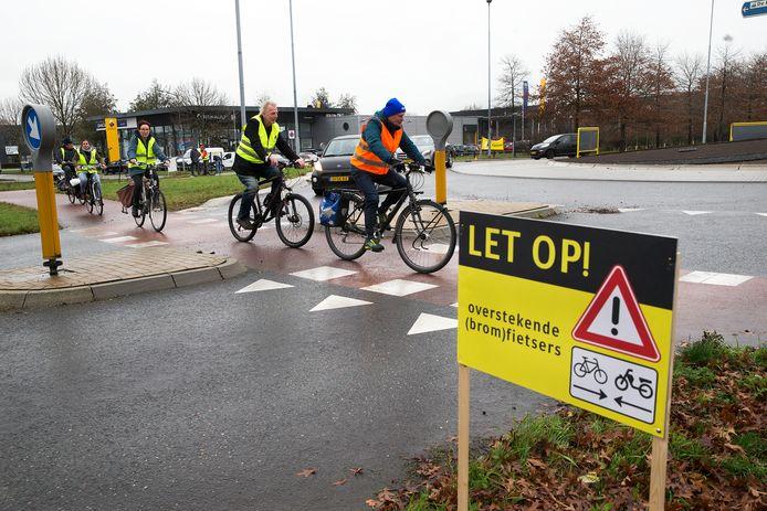 De Fietsersbond Doetinchem voert actie op de gevaarlijke rotonde Mercuriusstraat-Energieweg in Doetinchem, waar regelmatig ongelukken gebeuren.