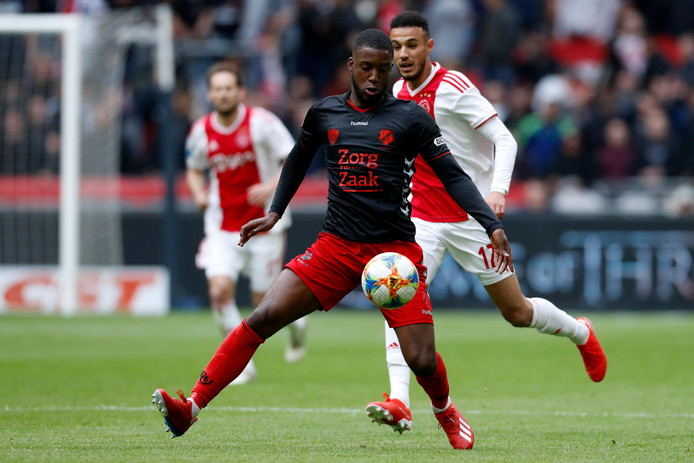 Bazoer namens FC Utrecht in actie tegen zijn oude club Ajax.