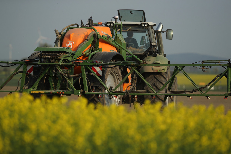 Een boer spuit pesticiden op zijn land. Volgens de Wageningse hoogleraar Esther Turnhout heeft haar universiteit te lang alle kaarten gezet op intensivering van het landbouw en veeteelt.