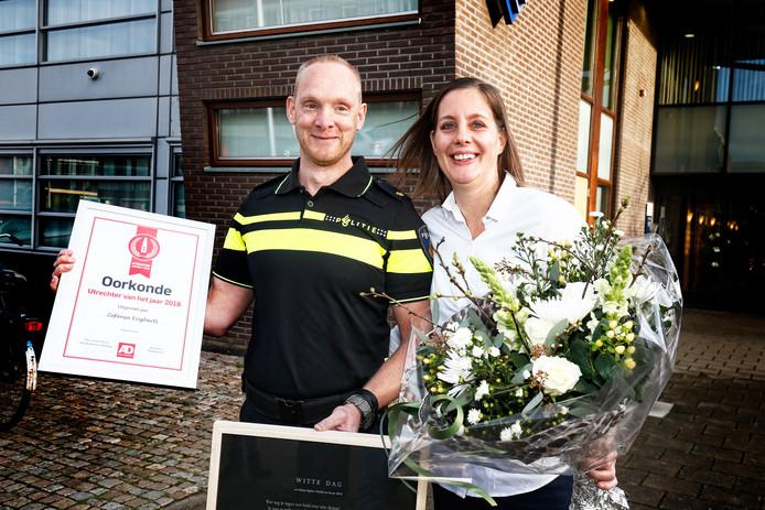 Zefanja Engberts toont samen met zijn vrouw Gwendy de oorkonde, behorend bij de titel Utrechter van het Jaar.