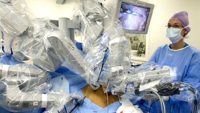Een patiënt wordt geopereerd aan prostaatkanker met behulp van een operatierobot. Beeld