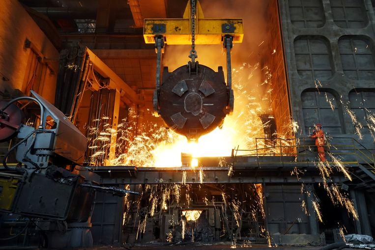 Een arbeider aan het werk in een staalfabriek in China. Beeld null