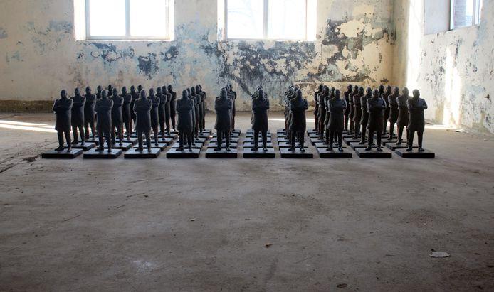 Vijftig beelden van Martin Luther King in een oude fabriekshal bij de KVL in Oisterwijk