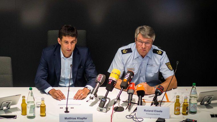 Matthias Klopfer, de burgemeester van Schorndorf, en politiecommissaris Roland Eisele geven een persconferentie over de rellen.