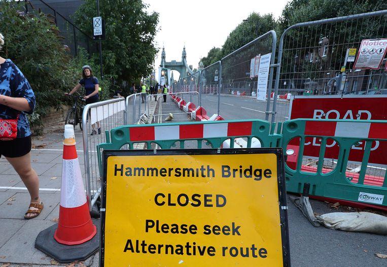 De Hammersmith Bridge in Londen is voor al het verkeer gesloten.