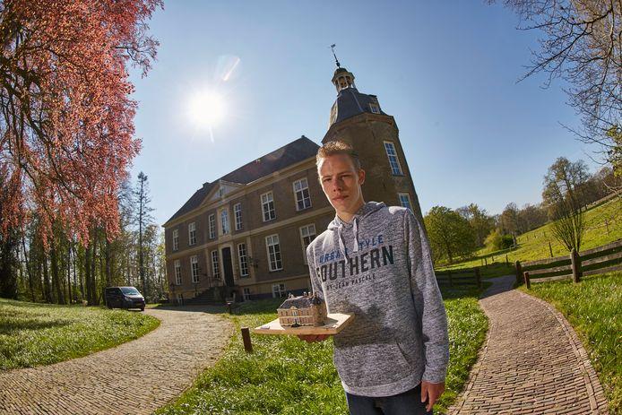 Damian Piekaar bij Hackfort, met op zijn hand het kartonnen schaalmodel van het kasteel. ,,Ik ben nu begonnen aan het nabouwen van Kasteel Vorden.''