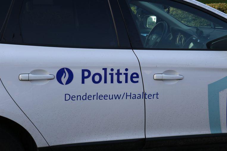 De achtervolging eindigde met een crash op de Guido Gezellestraat in Denderleeuw.