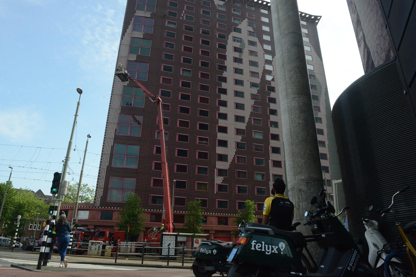In een studentenflat aan het Rijswijkseplein woedt momenteel een brand. De brandweer is met veel personeel aanwezig om het vuur te blussen.