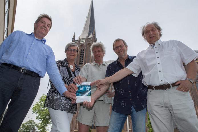 Henk Veldman (midden op de foto): ,,De beiaard in Raalte is geliefd in het dorp.''