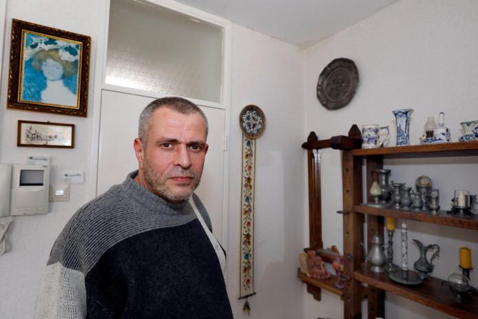 Zoon Aad bij de vochtplek (rechtsboven) in de woning van zijn 86-jarige moeder.