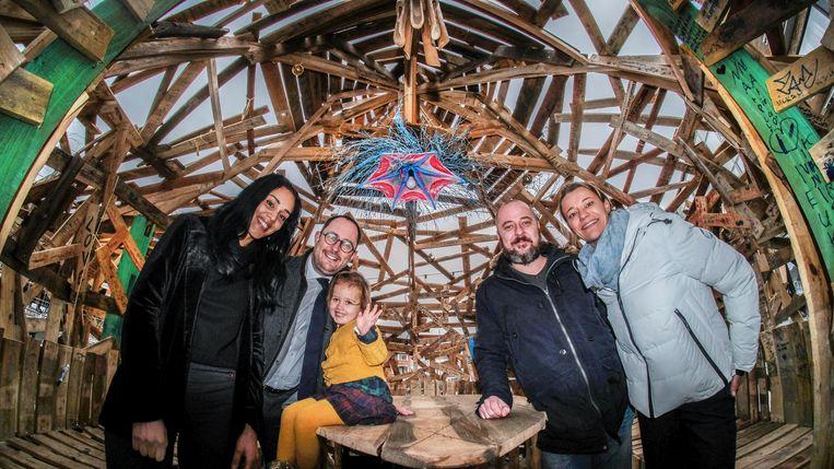 We zien op de foto (vlnr) Souad Abihi, Vincent Van Quickenborne en dochter Bo, Merijn D'Hondt en Veerle de Zegher. Ze poseren in het universele kunstwerk 'de lamp van Aladdin', op de verlaagde Leieboorden.