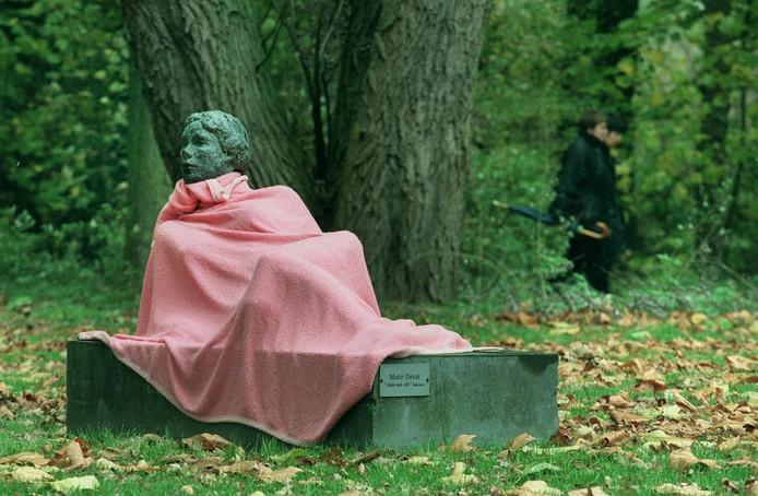 Beek en Donk, 'aangekleed' beeld van naakte dame 'Ainsisoitelle'. De gemeente wil eigen kunst meer zichtbaar maken, ook als dat geld kost.