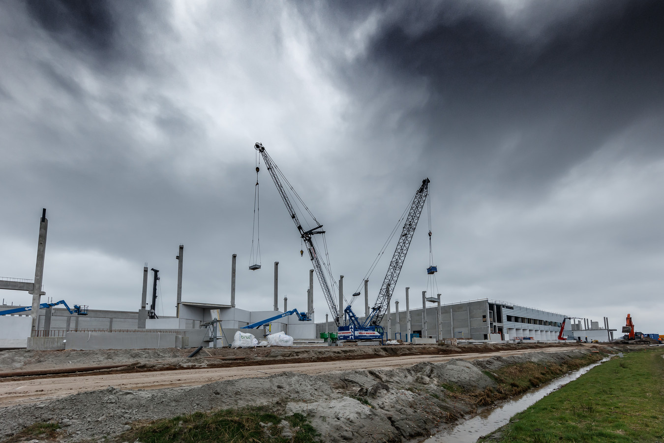 Heylen Groep bouwt aan logistieke campus in Roosendaal tegenover McDonalds. Foto: Marcel Otterspeer / Pix4Profs