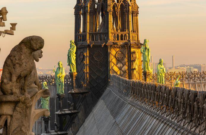 Zestien standbeelden, van de twaalf apostelen en de vier evangelisten, zijn vorige week weggehaald rond de spitsboog, die nu niet meer bestaat.