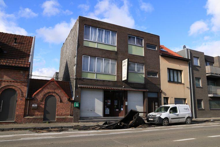 Op de Gentseweg belandde de roofing van een plat dak op de rijbaan en een geparkeerde auto.
