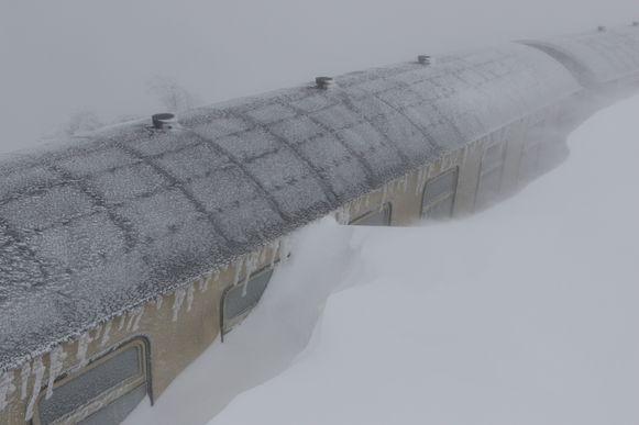 In Schierke in de Duitse deelstaat Saksen-Anhalt raakte zelfs een toeristentrein zo goed als volledig bedolven door de sneeuw.