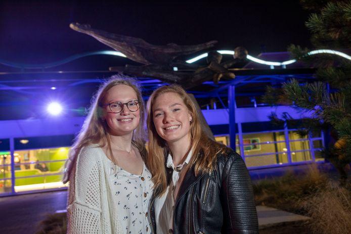 Waterpolo-zussen Brigit (rechts) en Cynthia Mulder zijn, nadat zij in de Verenigde State hebben gespeeld, weer terug bij Polar Bears.