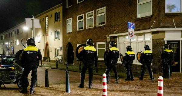 LIVE | Zeven aanhoudingen na nieuwe rellen in Duindorp, zwaar vuurwerk gegooid en wijk op slot