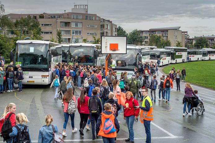 KSE bestaat 50 jaar en viert dat door met alle leerlingen in 50 bussen naar de Efteling te gaan.