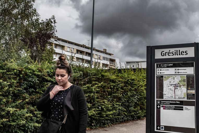 In Les Grésilles is de spanning dinsdagavond nog altijd voelbaar. De verslaggever en fotograaf van de Volkskrant worden uitgescholden en bekogeld. Beeld Joris van Gennip