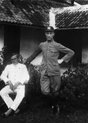 Robert Bobacher (r), de vader van Alice, als politieman op Java.
