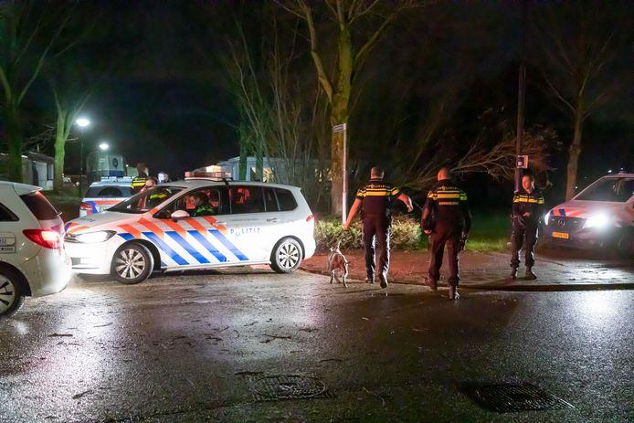 In een woonwagenkamp in Baarn doen agenten in december vorig jaar een inval.