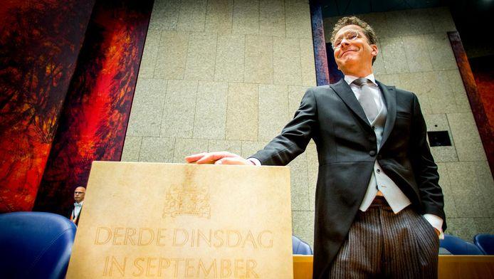 Minister Jeroen Dijsselbloem van Financiën presenteert op de derde dinsdag van september in 2016 het koffertje met de rijksbegroting en miljoenennota.